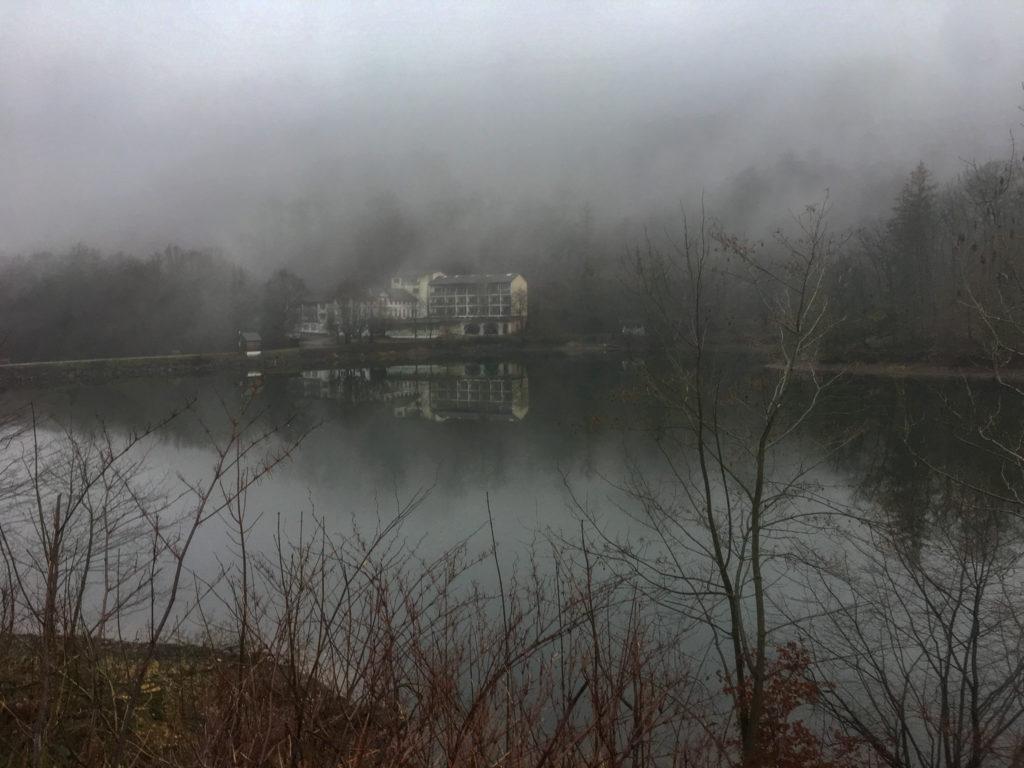Wiesenbeker Teich, Harz, Nebel, Wasserspiegelung, verlassenes Hotel, leerstehendes Gebäude