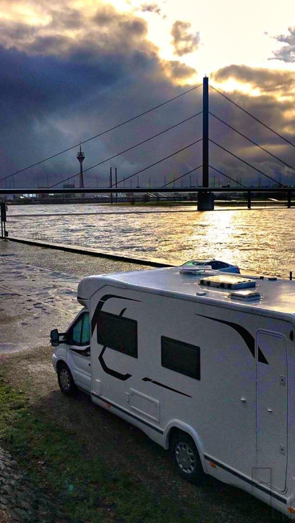 Wohnmobil, Challenger, Düsseldorf, Rhein, Rheinturm, Oberkasseler Brücke, Stellplatz Düsseldorf