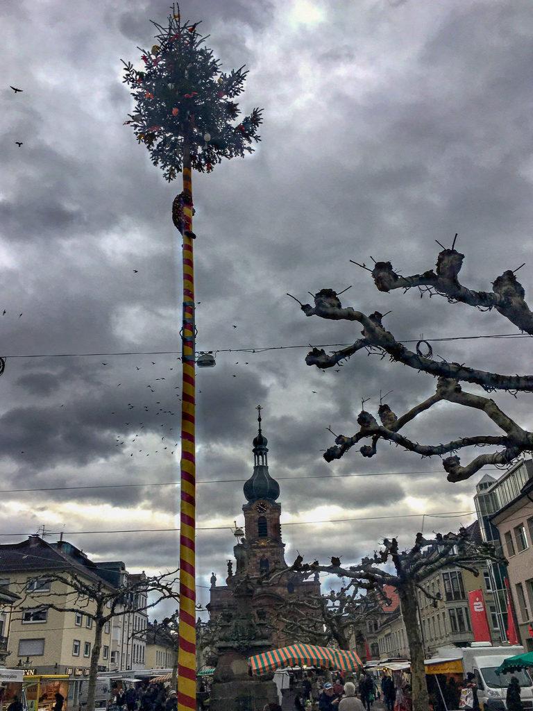 Raustat, Marktplatz am Rathaus, Alexiusbrunnen, St.-Alexander-Kirche