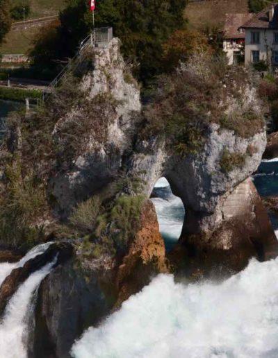 Diesen Felsen mitten im Rheinfall kann man sogar besteigen.