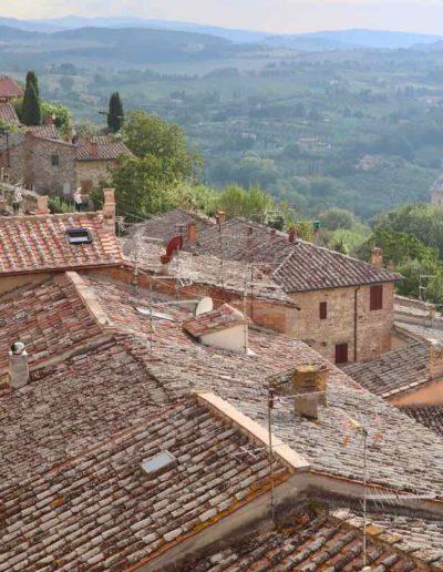 Die roten Häuser mit ihren alten Dächern, ein typisches Bild in der Toskana
