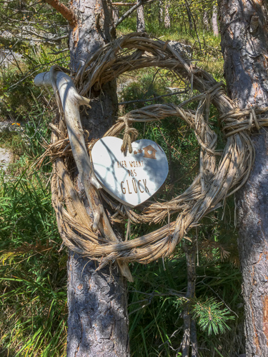 Schild im Wald bei Flüelen