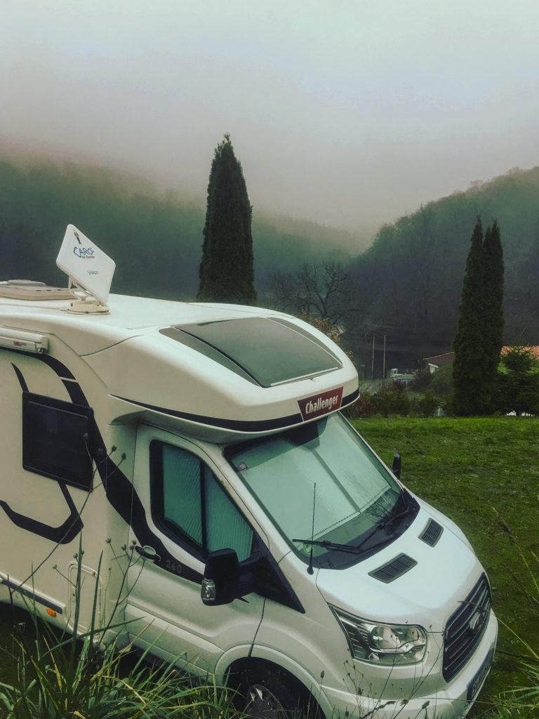 Wohnmobil, Challenger, Magen 260, Satellitenschüssel Caro, Nebel, Campingplatz, Wiesenbeker Teich, Wald, Bäume, Wiese